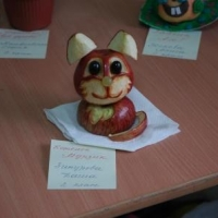Милый котик из яблока